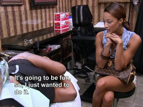 Draya finally meets with Jackie while she's getting a tattoo.