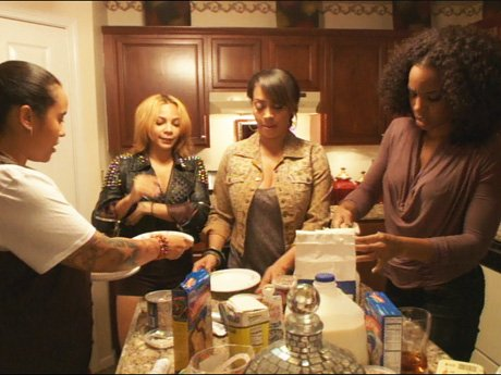 La La attempts to bake a birthday cake for Kiyan. But her tasting team looks worried.