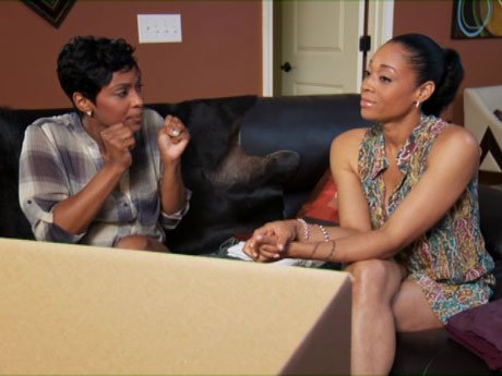 Arianne tries to convince to Mimi to get out of this relationship.