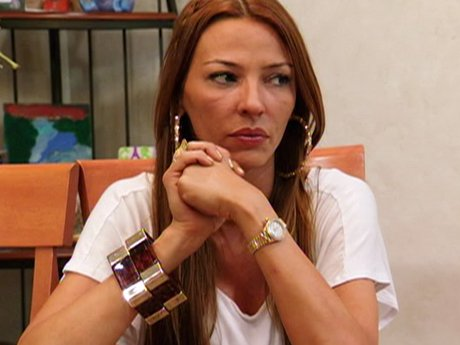 Drita contemplates bringing her daughters to visit Lee.