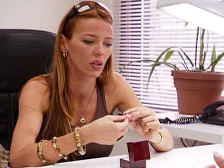 Drita is trying to start anew by selling the jewelry Lee gave her.