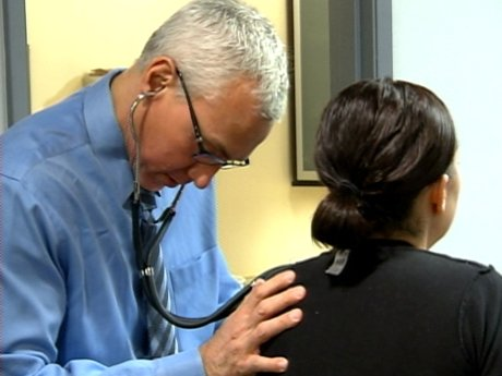 Ashleigh experiences some heart palpitations, so Dr. Drew checks her out.